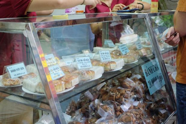 Người Hà Nội kiên nhẫn xếp hàng chờ mua bánh Trung thu Bảo Phương cúng ngày đầu tháng - Ảnh 8.