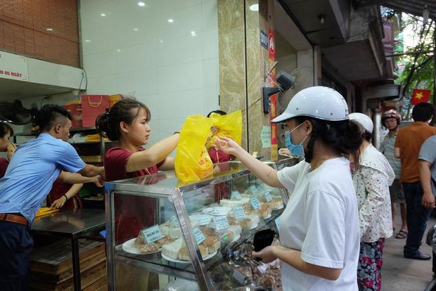 Người Hà Nội kiên nhẫn xếp hàng chờ mua bánh Trung thu Bảo Phương cúng ngày đầu tháng - Ảnh 10.