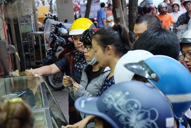 Người Hà Nội kiên nhẫn xếp hàng chờ mua bánh Trung thu Bảo Phương cúng ngày đầu tháng - Ảnh 12.