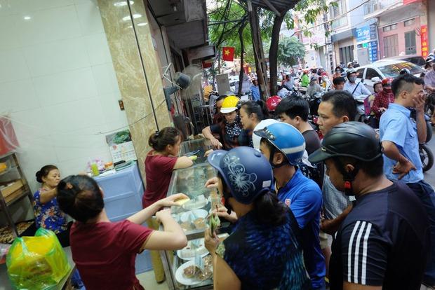 Người Hà Nội kiên nhẫn xếp hàng chờ mua bánh Trung thu Bảo Phương cúng ngày đầu tháng - Ảnh 3.