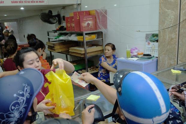Người Hà Nội kiên nhẫn xếp hàng chờ mua bánh Trung thu Bảo Phương cúng ngày đầu tháng - Ảnh 7.