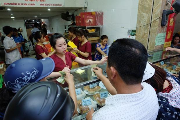 Người Hà Nội kiên nhẫn xếp hàng chờ mua bánh Trung thu Bảo Phương cúng ngày đầu tháng - Ảnh 6.