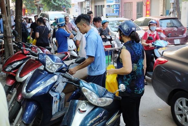 Người Hà Nội kiên nhẫn xếp hàng chờ mua bánh Trung thu Bảo Phương cúng ngày đầu tháng - Ảnh 14.