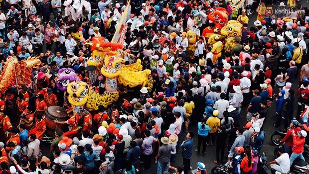 Chùm ảnh: Biển người đổ về Bình Dương tham dự lễ rước chùa Bà Thiên Hậu - Ảnh 1.
