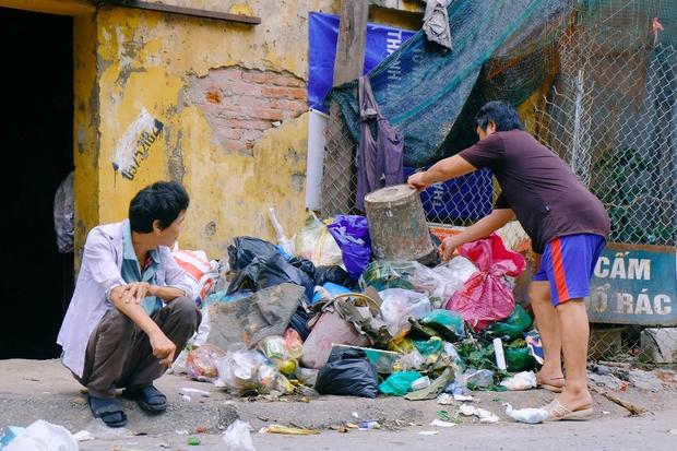 Rơi nước mắt cảnh người đàn ông tâm thần sống cô độc ở Hà Nội, bị người dân xa lánh và ném rác trước nhà - Ảnh 2.