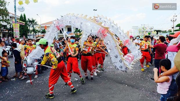 Chùm ảnh: Biển người đổ về Bình Dương tham dự lễ rước chùa Bà Thiên Hậu - Ảnh 13.
