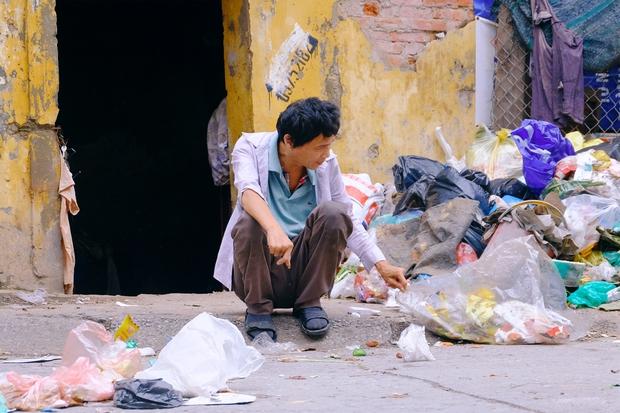 Rơi nước mắt cảnh người đàn ông tâm thần sống cô độc ở Hà Nội, bị người dân xa lánh và ném rác trước nhà - Ảnh 6.
