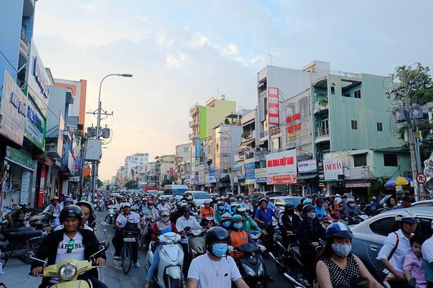 Đường phố Sài Gòn và Hà Nội đông đúc sau ngày làm việc cuối cùng trong năm 2017 - Ảnh 11.