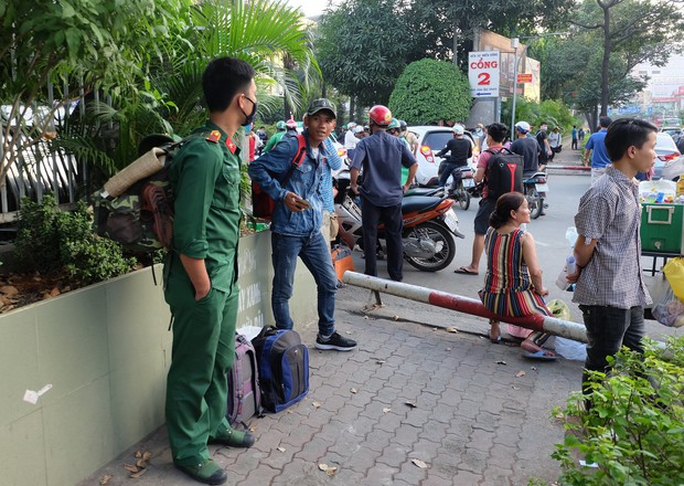 Đường phố Sài Gòn và Hà Nội đông đúc sau ngày làm việc cuối cùng trong năm 2017 - Ảnh 14.