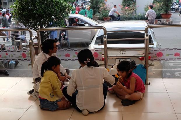 Đường phố Sài Gòn và Hà Nội đông đúc sau ngày làm việc cuối cùng trong năm 2017 - Ảnh 16.