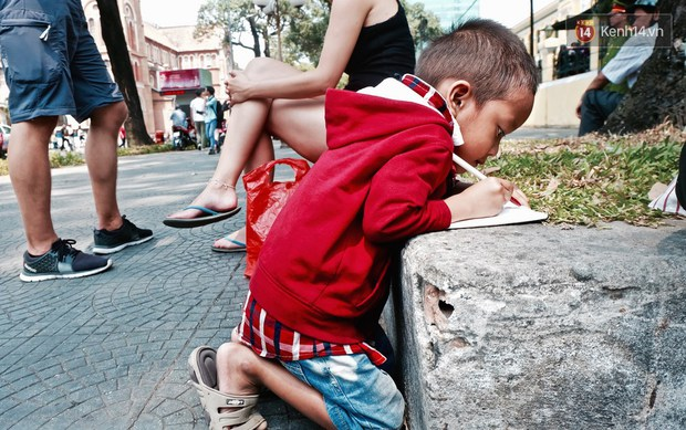 Gặp mẹ con cậu bé lượm ve chai trong bức ảnh xếp dép: Tôi không có tiền cho thằng bé đi học, nó cứ khóc - Ảnh 5.