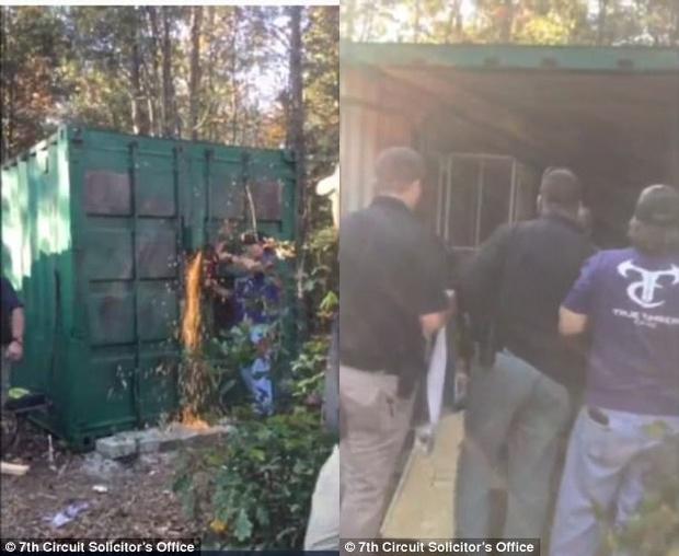 Khoảnh khắc người phụ nữ được giải cứu sau 2 tháng bị giam cầm trong container như động vật, cưỡng hiếp 2 lần/ngày - Ảnh 2.