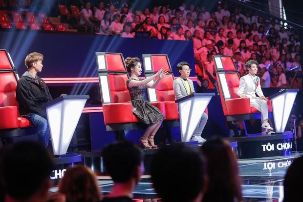Chạy ào lên đón thí sinh nhưng bị từ chối, Vũ Cát Tường có giây phút bẽ bàng nhất lịch sử Giọng hát Việt nhí - Ảnh 1.