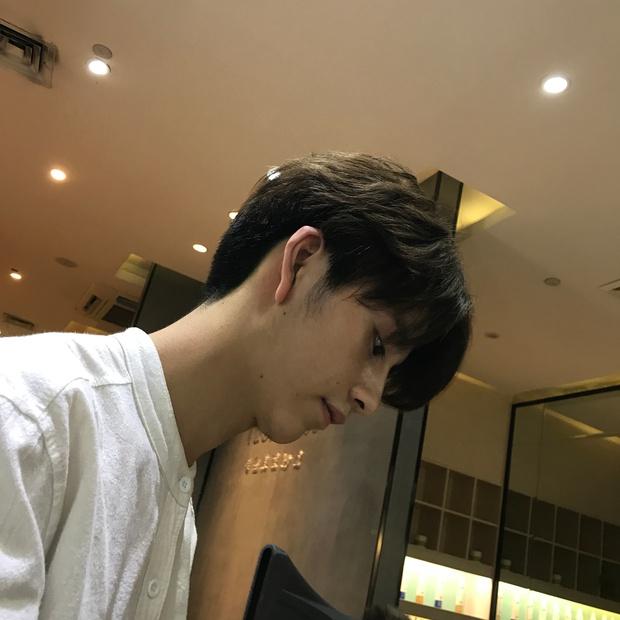 Sở hữu ngoại hình điển trai như idol, nam nhân viên tiệm làm tóc bất ngờ nổi tiếng trên MXH - Ảnh 4.
