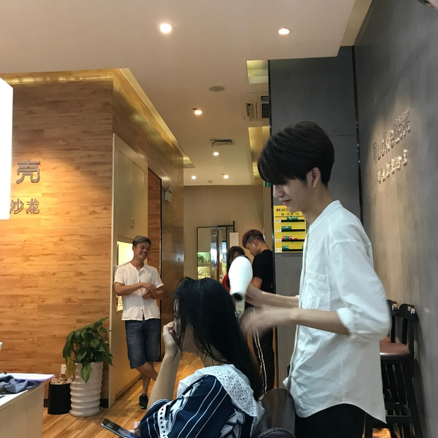 Sở hữu ngoại hình điển trai như idol, nam nhân viên tiệm làm tóc bất ngờ nổi tiếng trên MXH - Ảnh 9.
