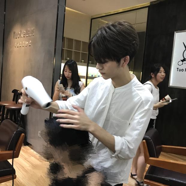 Sở hữu ngoại hình điển trai như idol, nam nhân viên tiệm làm tóc bất ngờ nổi tiếng trên MXH - Ảnh 6.