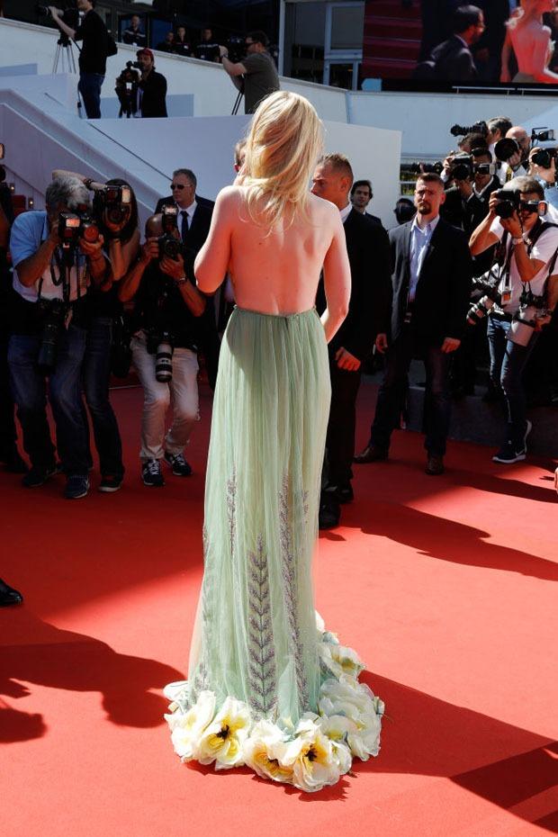 Tiên nữ giáng trần là câu miêu tả chính xác Elle Fanning tại LHP Cannes các năm! - Ảnh 42.