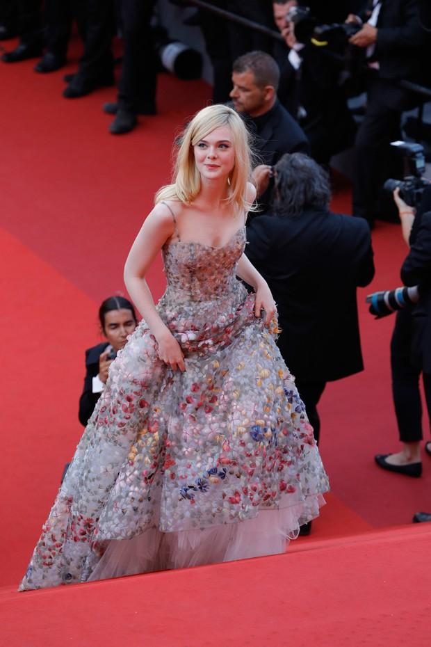 Phạm Băng Băng gây thất vọng, bị Elle Fanning dìm hàng toàn tập tại Cannes! - Ảnh 13.