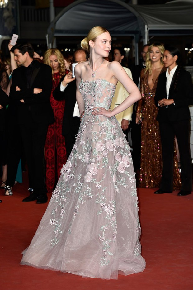 Tiên nữ giáng trần là câu miêu tả chính xác Elle Fanning tại LHP Cannes các năm! - Ảnh 8.