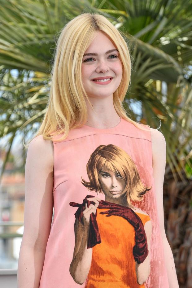 Tiên nữ giáng trần là câu miêu tả chính xác Elle Fanning tại LHP Cannes các năm! - Ảnh 33.