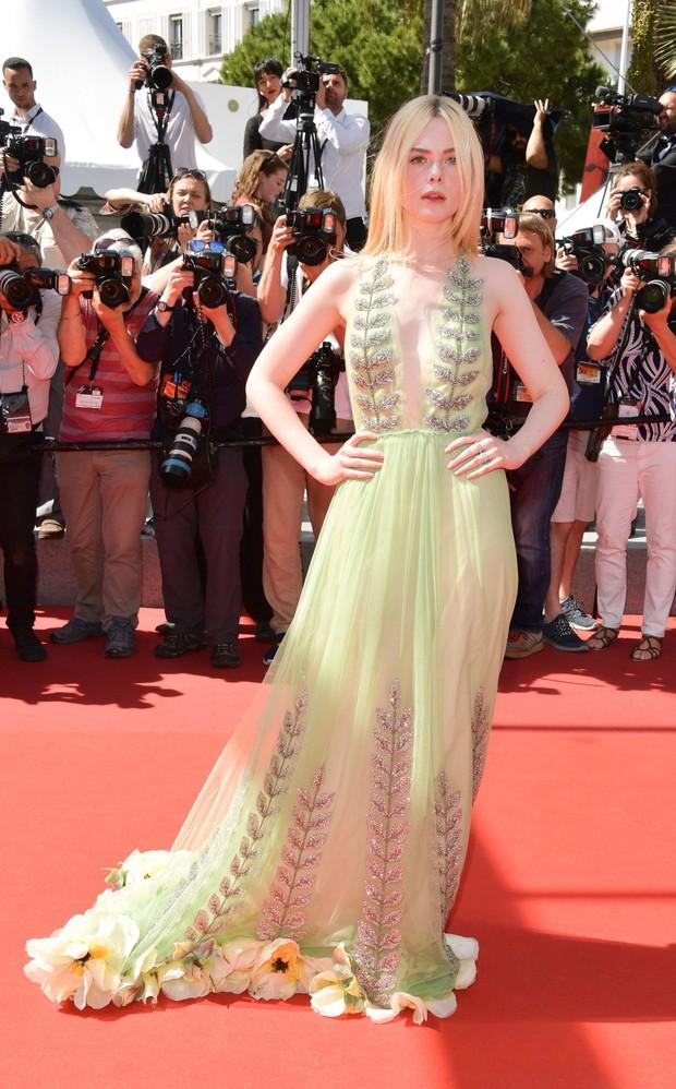 Tiên nữ giáng trần là câu miêu tả chính xác Elle Fanning tại LHP Cannes các năm! - Ảnh 40.