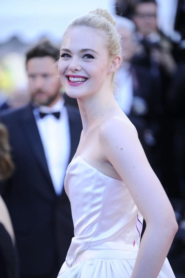 Tiên nữ giáng trần là câu miêu tả chính xác Elle Fanning tại LHP Cannes các năm! - Ảnh 22.