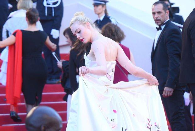 Tiên nữ giáng trần là câu miêu tả chính xác Elle Fanning tại LHP Cannes các năm! - Ảnh 20.