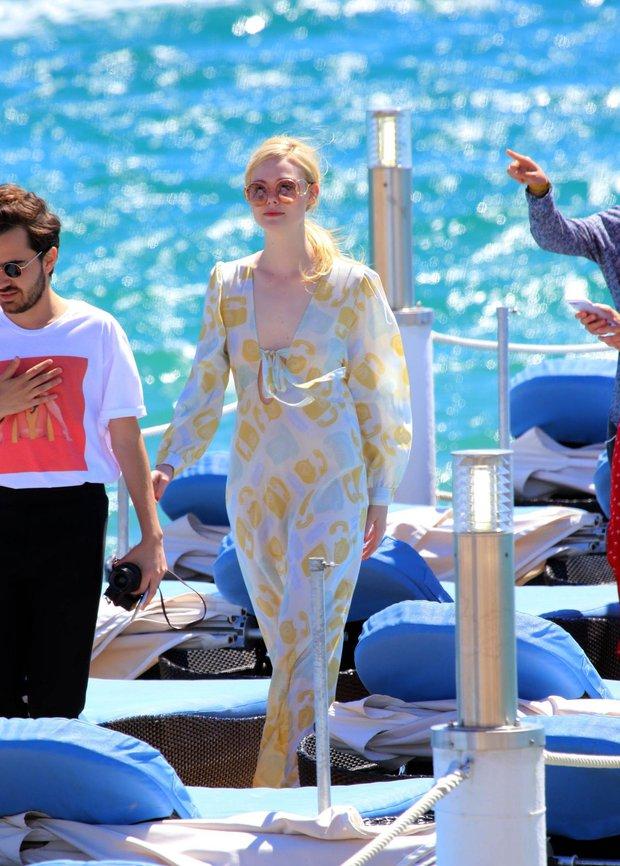 Tiên nữ giáng trần là câu miêu tả chính xác Elle Fanning tại LHP Cannes các năm! - Ảnh 30.
