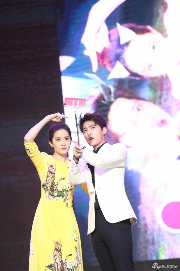 Vừa úp mở chuyện chia tay với Song Seung Hun, Lưu Diệc Phi đã rạng rỡ và tình tứ bên người tình màn ảnh kém 4 tuổi - Ảnh 9.