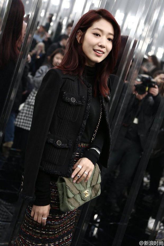Ăn diện đẹp đẽ cùng dự show Chanel, trông G-Dragon lại không vui khi ngồi cạnh Park Shin Hye - Ảnh 8.