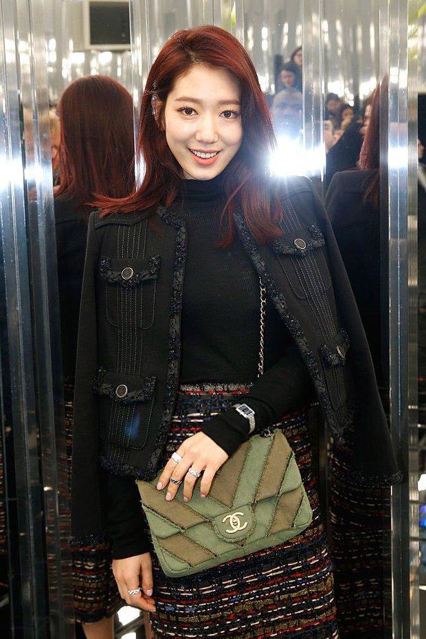 Ăn diện đẹp đẽ cùng dự show Chanel, trông G-Dragon lại không vui khi ngồi cạnh Park Shin Hye - Ảnh 9.