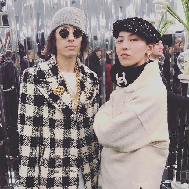 Ăn diện đẹp đẽ cùng dự show Chanel, trông G-Dragon lại không vui khi ngồi cạnh Park Shin Hye - Ảnh 4.