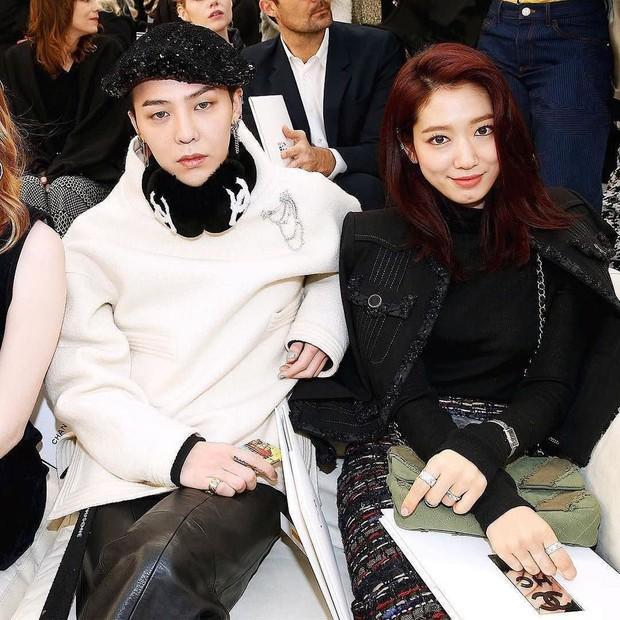 Ăn diện đẹp đẽ cùng dự show Chanel, trông G-Dragon lại không vui khi ngồi cạnh Park Shin Hye - Ảnh 1.
