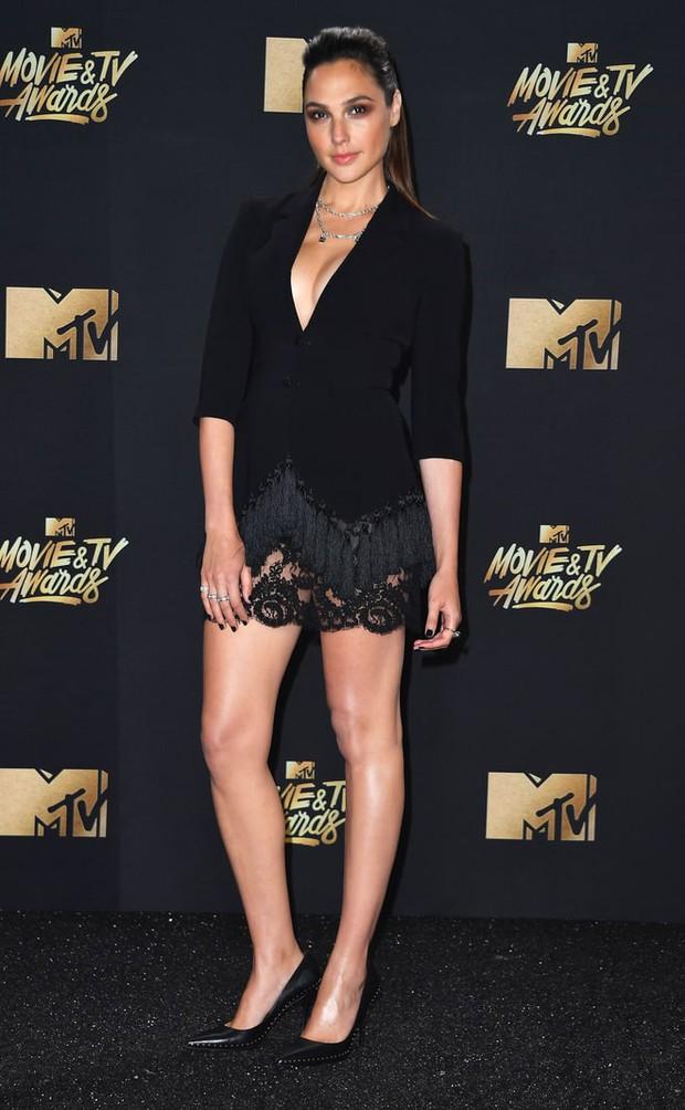 Thảm đỏ MTV Movie & TV Awards: Cara khoe đầu trọc, các sao tạo dáng khó khăn vì mưa đá - Ảnh 10.