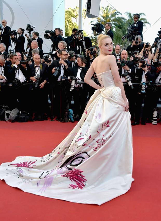 Tiên nữ giáng trần là câu miêu tả chính xác Elle Fanning tại LHP Cannes các năm! - Ảnh 18.