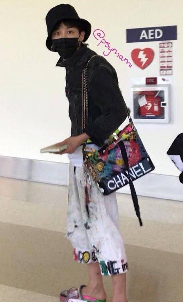 G-Dragon - Nổi bần bật với mũ tai bèo rồi lại đeo túi Chanel Gabrielle - Ảnh 1.