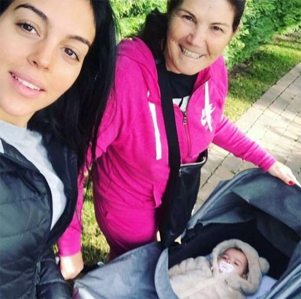 Georgina đưa con gái mới sinh đi dạo cùng mẹ Ronaldo - Ảnh 1.