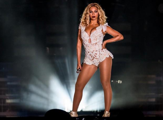 Taylor Swift khoe cặp đùi mật ong to ngang ngửa Beyoncé trên sân khấu trở lại - Ảnh 2.