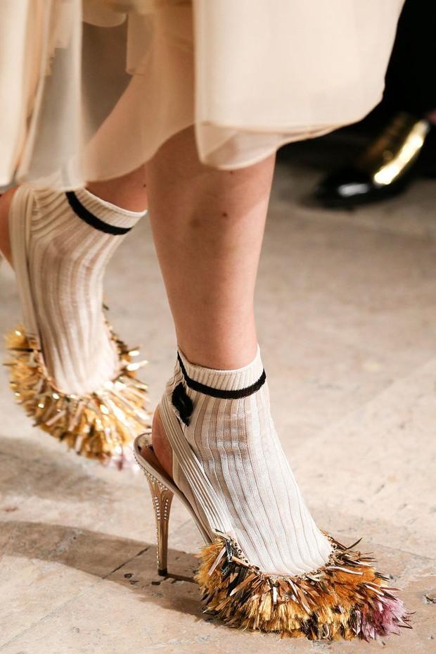 Nhìn mấy đôi giày lạ này mới thấy dép lau nhà hay dép đi chợ của Zara vẫn thường chán! - Ảnh 7.