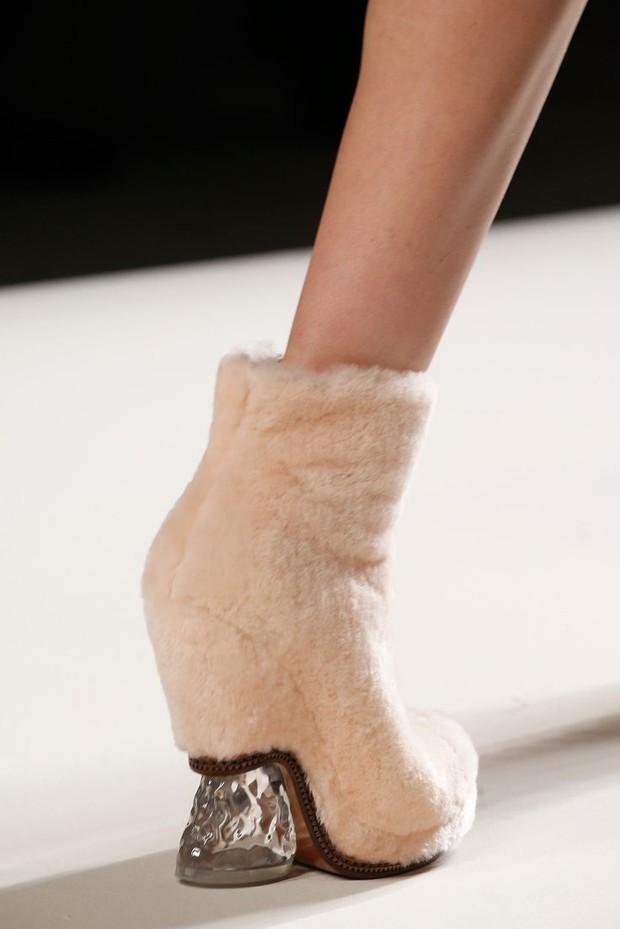 Nhìn mấy đôi giày lạ này mới thấy dép lau nhà hay dép đi chợ của Zara vẫn thường chán! - Ảnh 8.