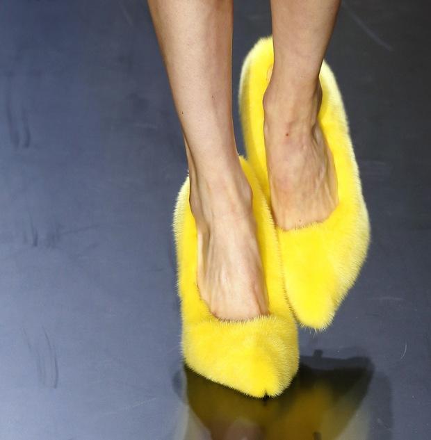 Nhìn mấy đôi giày lạ này mới thấy dép lau nhà hay dép đi chợ của Zara vẫn thường chán! - Ảnh 10.