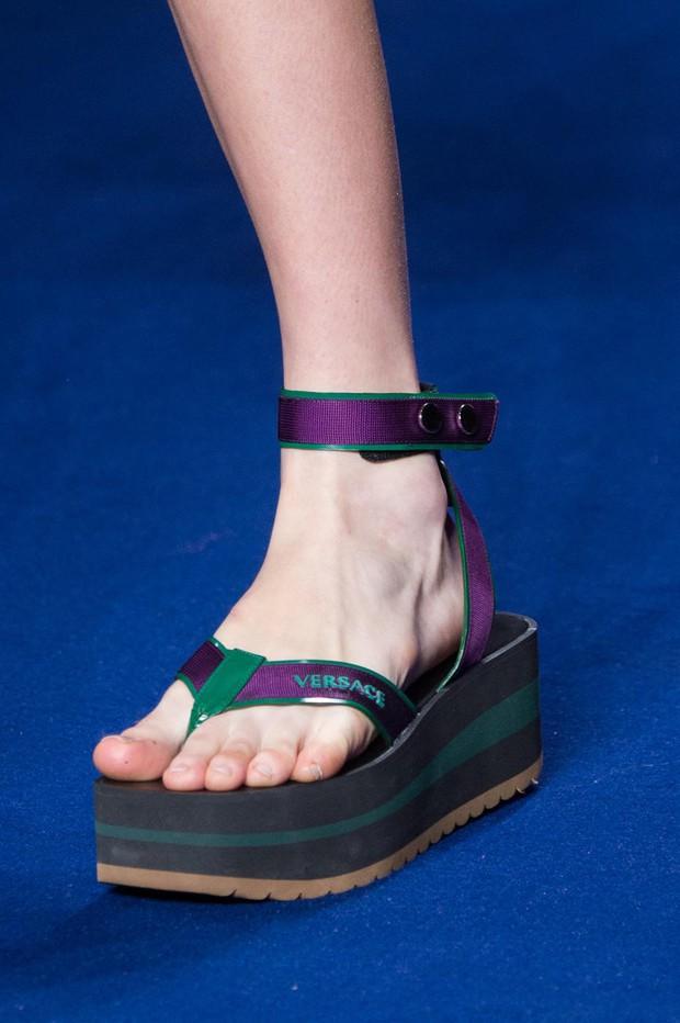 Nhìn mấy đôi giày lạ này mới thấy dép lau nhà hay dép đi chợ của Zara vẫn thường chán! - Ảnh 11.
