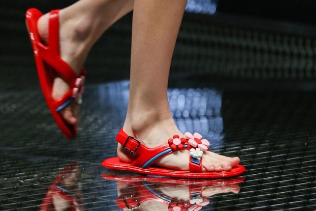 Nhìn mấy đôi giày lạ này mới thấy dép lau nhà hay dép đi chợ của Zara vẫn thường chán! - Ảnh 5.