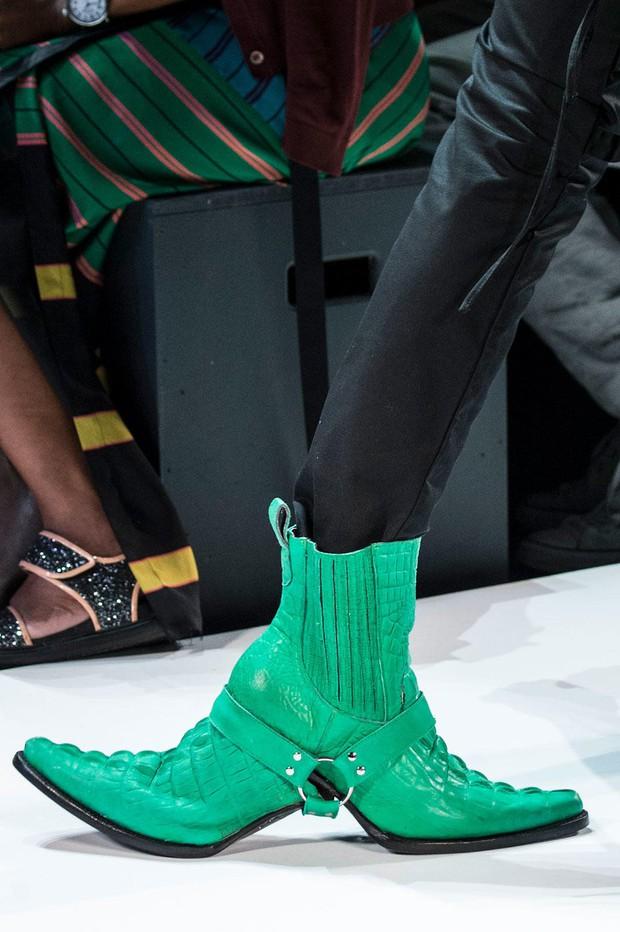Nhìn mấy đôi giày lạ này mới thấy dép lau nhà hay dép đi chợ của Zara vẫn thường chán! - Ảnh 13.