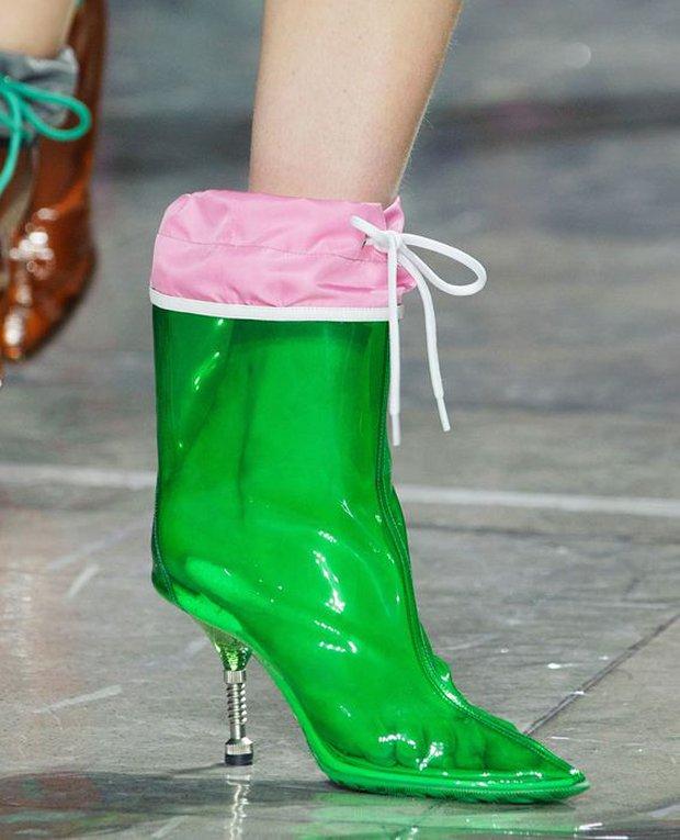 Nhìn mấy đôi giày lạ này mới thấy dép lau nhà hay dép đi chợ của Zara vẫn thường chán! - Ảnh 15.