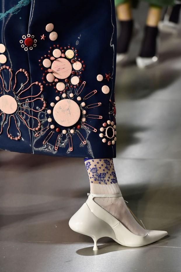 Nhìn mấy đôi giày lạ này mới thấy dép lau nhà hay dép đi chợ của Zara vẫn thường chán! - Ảnh 17.