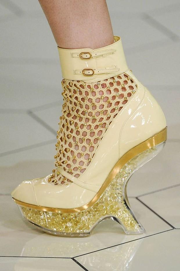 Nhìn mấy đôi giày lạ này mới thấy dép lau nhà hay dép đi chợ của Zara vẫn thường chán! - Ảnh 20.
