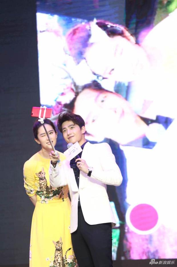 Vừa úp mở chuyện chia tay với Song Seung Hun, Lưu Diệc Phi đã rạng rỡ và tình tứ bên người tình màn ảnh kém 4 tuổi - Ảnh 8.