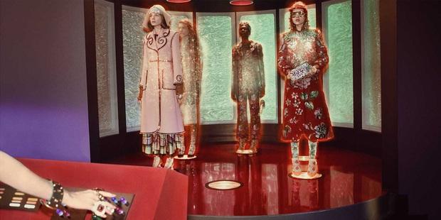 Thời trang hay người ngoài hành tinh, khủng long hay túi hiệu, phim quảng cáo của Gucci có tất - Ảnh 9.