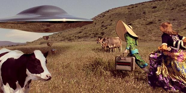 Thời trang hay người ngoài hành tinh, khủng long hay túi hiệu, phim quảng cáo của Gucci có tất - Ảnh 11.
